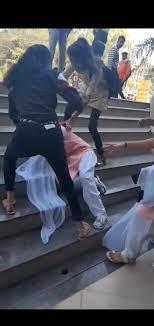 साताऱ्यात महाविद्यालयीन युवतींची फ्री स्टाईल मारामारी ; पोलिसांनी ताब्यात घेऊन दिली समज