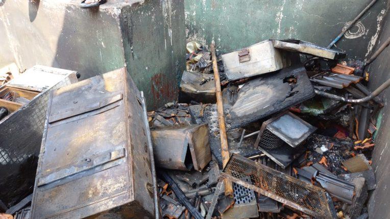 कळस बुद्रुक येथे घराला लागलेल्या आगीत संसारउपयोगी वस्तू जळून खाक झाल्या