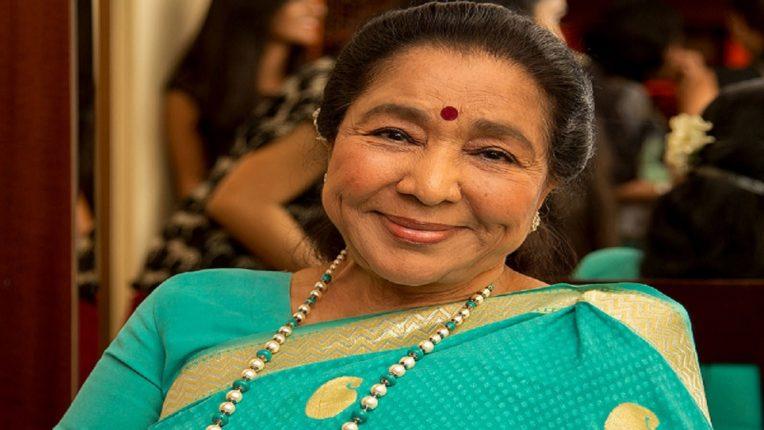 ज्येष्ठ गायिका आशा भोसले यांना महाराष्ट्र भूषण पुरस्कार जाहीर, मुख्यमंत्र्यांनी केलं अभिनंदन!