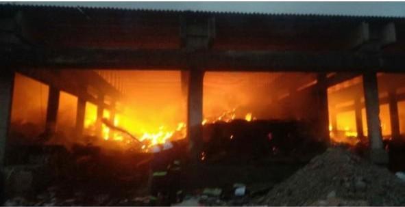 कुरकुंभ एमआयडीसीत आगीचे सत्र सुरुच : सम्राट पेपर कंपनीत आगीचे भीषण तांडव ; तब्बल चार तासानंतर आग आटोक्यात
