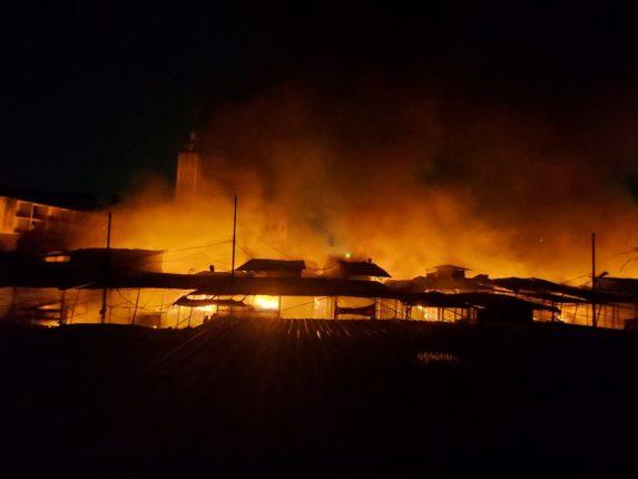 फॅशन स्ट्रीटच्या आगीने पुणे हादरले ; पाचशेहून अधिक दुकाने जाळून खाक ,कोट्यावधीचे नुकसान