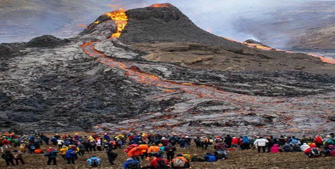 आइसलँड येथे ८०० वर्षांनंतर झालेला ज्वालामुखी पाहण्यासाठी पर्यटकांच्या चार किमी लांब रांगा