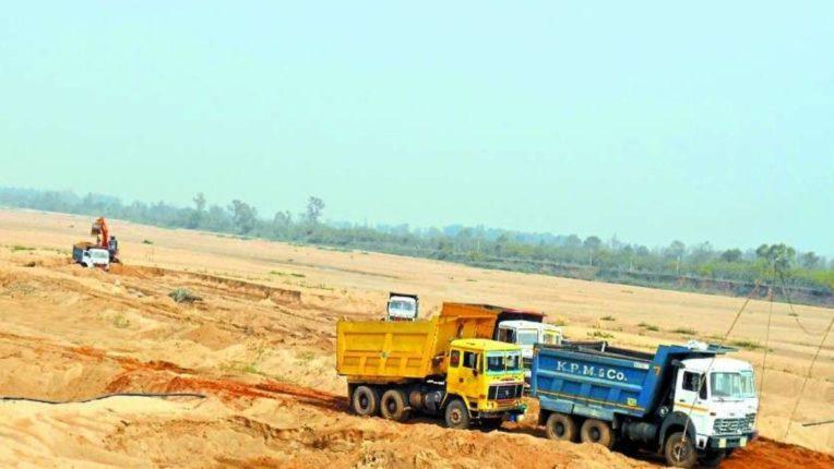 अमरावती जिल्ह्यात रेतीची चोरटी वाहतूक करणारे कारवाई दरम्यान ट्रक घेऊन पसार