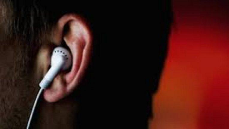 तुम्ही इयरफोन वापरता? तुमच्या कान धोक्यात आहे ! लक्षात ठेवा या गोष्टी