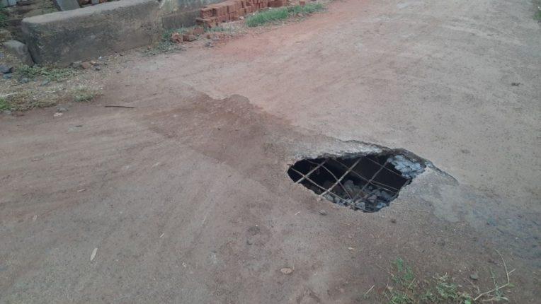 रस्त्याच्या मधोमध पडलेला खड्डा ठरतोय जीवघेणा; वरठी ग्रामपंचायतीचे दुर्लक्ष