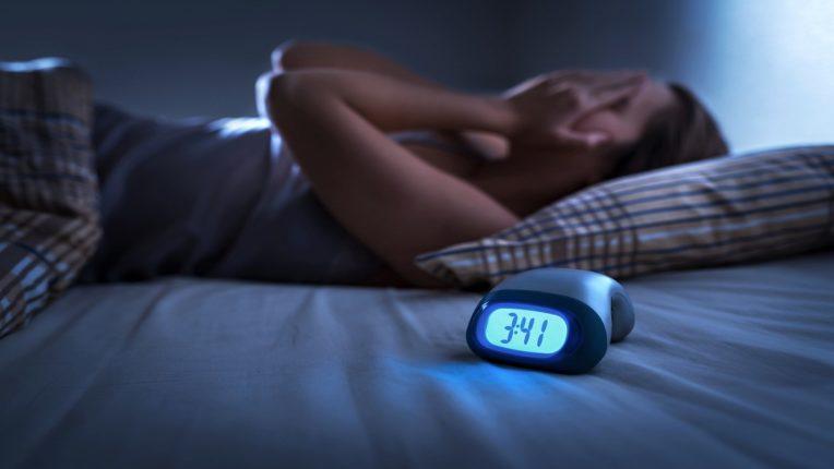 तुम्हाला रात्री नीट झोप लागत नाही? सतत चिंता वाटते? ही आहेत 'कोरोनासोम्निया'ची लक्षणं