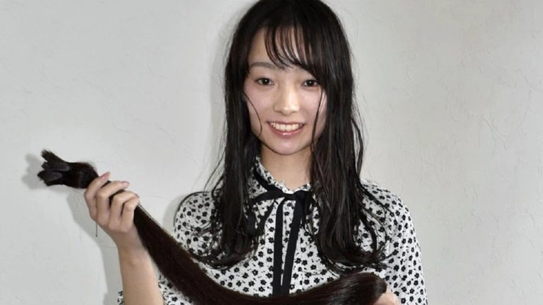 तरुणीने १८ वर्षांनी पहिल्यांदाच कापले केस ; त्याचं झालं असं की…