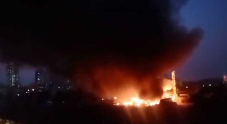 मालाड परिसरात भीषण आग; आगीवर नियंत्रण मिळविण्यासाठी ७ जम्बो टॅंकर घटनास्थळी दाखल
