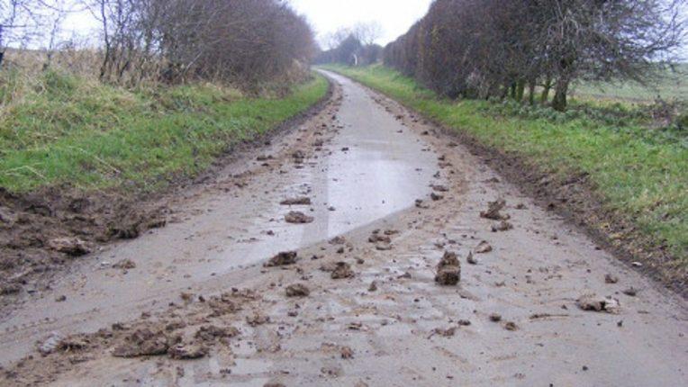 पुनर्वसित भादोड गावात सुविधांचा अभाव; अकाली पावसामुळे रस्ते झाले चिखलमय