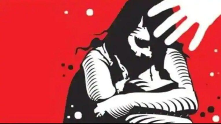ट्यूशनला निघालेल्या अल्पवयीन मुलीला जबरदस्तीने लाॅनवर नेले; अत्याचार प्रकरणी युवकावर गुन्हा दाखल