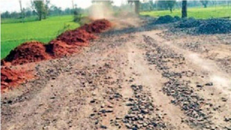 सडक अर्जुनी-शेंडा मार्ग जीवघेणा, संपूर्ण रस्ता उखडला; लोकप्रतिनिधींचे दुर्लक्ष