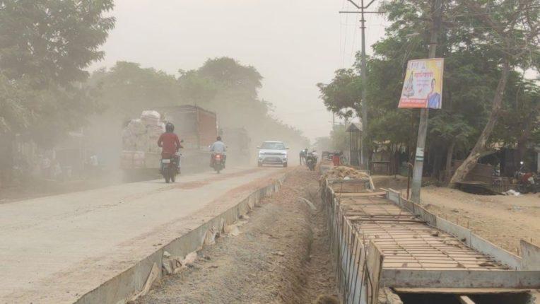राज्यमार्ग ठरतोय जीवघेणा; चिखली गावात धुळीचे साम्राज्य, नागरिकांचे आरोग्य धोक्यात