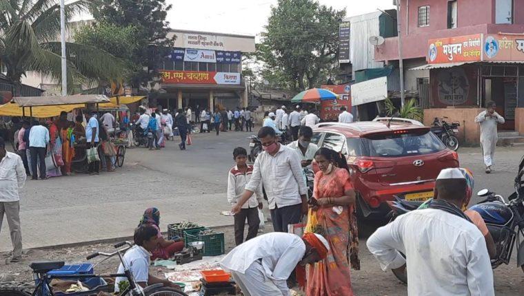 प्रांताधिकाऱ्यांच्या आदेशाला वाठार स्टेशनच्या ग्रामसेवकाने दाखवली  केराची टोपली;आठवडा बाजार बंदचा आदेश असूनही भरविला बाजार