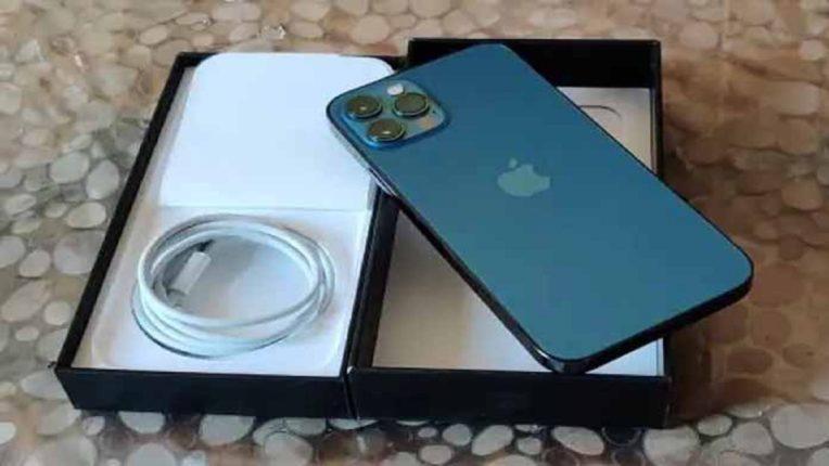 iPhone सोबत चार्जर न देणं अॅपलला पडलं भलतंच भारी, भरावा लागणार 14 कोटींचा दंड; कारण ऐकून तुम्ही हैराण व्हाल