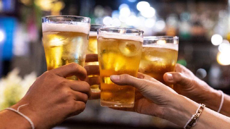 बिअर प्यायल्याने शरीराला होतात असेही फायदे; वाचून तुम्हालाही किक बसली नाहीतर नवलच