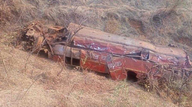 बसवरील नियंत्रण सुटल्याने ५०० फूट दरीत कोसळली एसटी बस, अपघातात दोन जण गंभीर जखमी