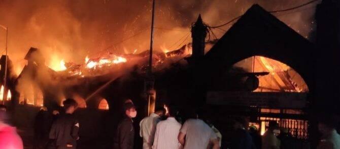 पुण्यात अग्नीतांडव ! भर पहाटे कॅम्प परिसरातील छत्रपती शिवाजी मार्केटला आग ; मच्छी आणि चिकन दुकानांचा कोळसा