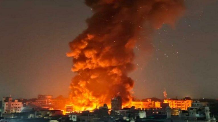 मुंबईतील प्रभादेवी येथील गोदामाला भीषण आग, अग्निशमन दलाचे १६ बंब घटनास्थळी दाखल