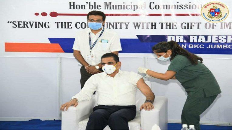 मुंबई महापालिका आयुक्त इकबाल सिंह चहल यांनी घेतली कोरोनाची लस