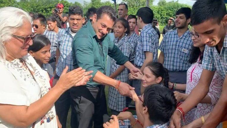 विशेष मुलांसोबत भाईजानचा खास डान्स, सोशल मीडियावर होतय सलमान खानच कौतुक!