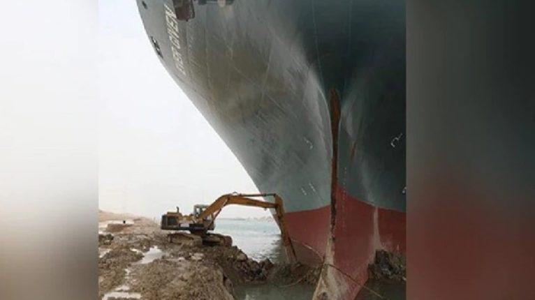 सुएझ कालव्यात अडकलं महाकाय जहाज, चक्क JCB ने केली कमाल ; सोशल मीडियावर मीम्स जोरदार व्हायरल