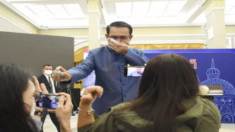 Thai Prime Minister Bitterley sprayed sanitizer at a press conference