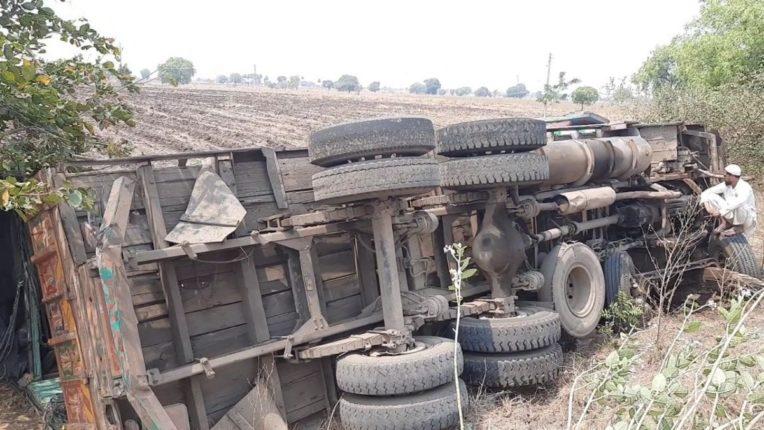 रेशन घेऊन जाणारा ट्रक उलटला; दोघे जखमी