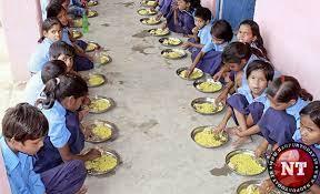 विद्यार्थी शालेय पोषण आहारापासून वंचित ; नगरमध्ये शिक्षणाधिकाऱ्यांना पोषण आहार देऊन गांधीगिरी