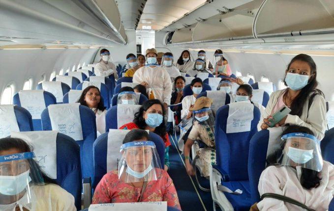 ४० महिलांची विमानाने सफर ; महिलादिनानिमित्त कवठे येमाईच्या ग्रामपंचायत सदस्या वैशाली रत्नपारखी यांचा पुढाकार