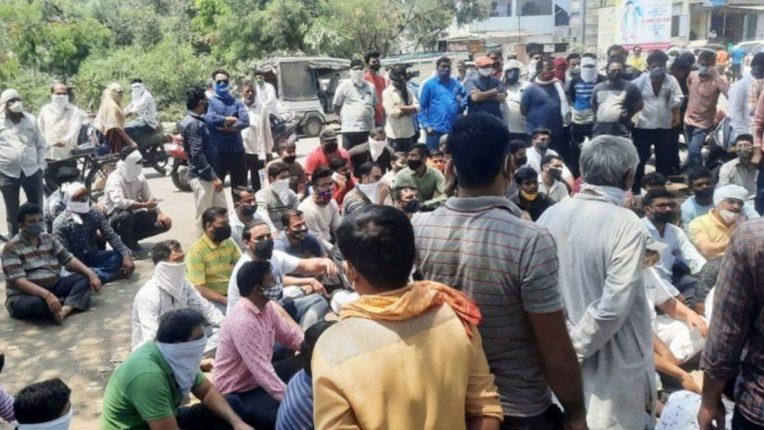 व्यापाऱ्यांचे पोलिस स्टेशनमध्ये ठिय्या आंदोलन; पोलिसांनी काढली समजूत
