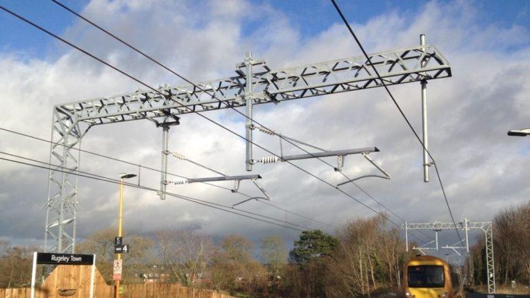 रेल्वे कर्मचाऱ्यांना विजेचा धक्का; एक कर्मचारी ७० टक्के भाजला