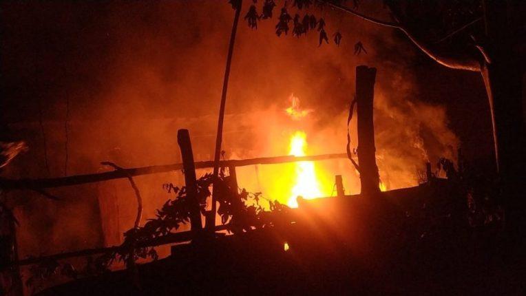 सुनगाव येथे शॉट सर्किटमुळे घराला आग; शेजारच्या नागरिकांकडून आग विझवण्याचा प्रयत्न