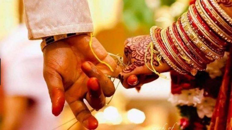 लग्नादिवशी नवरदेव आईसोबत घरीच थांबतो आणि नवरदेवाची बाहिण…