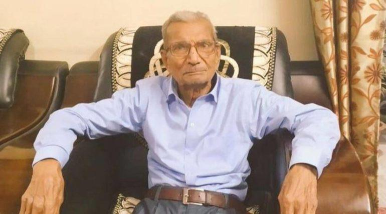 ८५ वर्षीय RSS चे स्वयंसेवक असलेल्या आजोबांनी खरोखर कोरोना रुग्णासाठी बेड त्याग केला का? जाणून घ्या सत्य