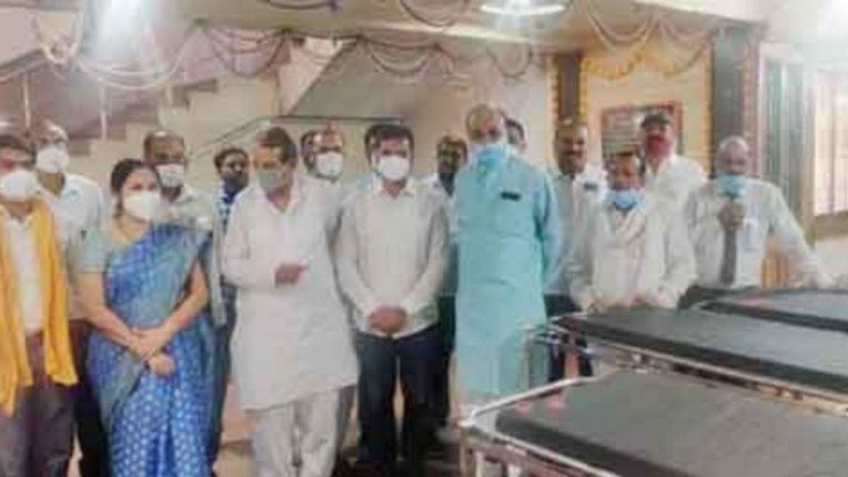 शासकीय रुग्णालयांना दिले स्ट्रेचर, व्हील चेअर; खासदारांच्या सी.एस.आर. फंडातून उपलब्धता