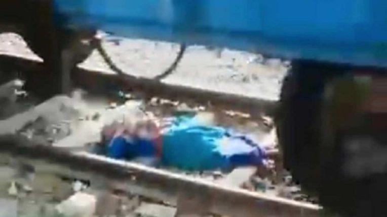 चालत्या रेल्वेखाली सापडली महिला, प्रसंगावधान राखत असा वाचवला जीव, पाहणाऱ्यांच्या काळजाचा चुकला ठोका