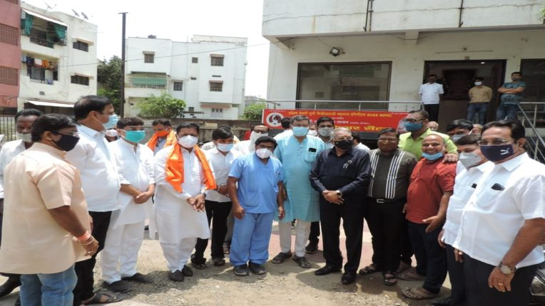 महाराष्ट्र कोरोनाशी जिद्दीने लढत आहे : आदित्य ठाकरे, व्यास कुटुंबियांचे कौतुक करत, कोविड सेंटरला दिल्या शुभेच्छा