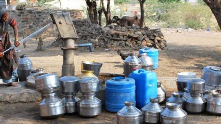 महिलांची पाण्यासाठी पायपीट; जनावरांना पाणी मिळणे झाले कठीण