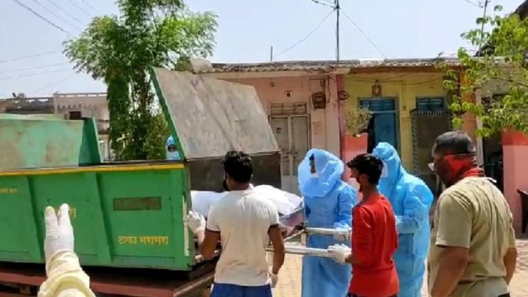 Corona patient's body exhumed from garbage truck; Three thirteen of the health system in Dhule
