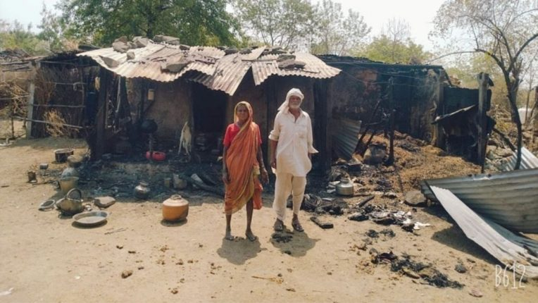 आगग्रस्त वृद्ध कुटुंबाला ५ हजार रूपयांची आर्थिक मदत; आगीत साहित्य आणि रोख रक्कम जळून खाक