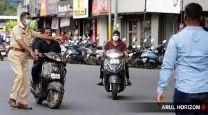 कोरोना निर्बंध धाब्यावर बसवत विना मास फिरणाऱ्या नागरिकांवर पोलसांची कारवाई