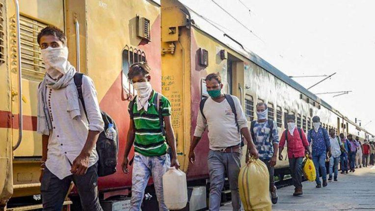 लॉकडाऊनची भीती, रोजगार गेल्यांने मुंबईतून गावाला जाण्यासाठी कामगारांची गर्दी : वाचा सविस्तर