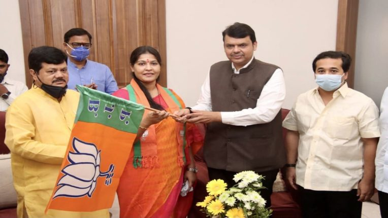 Former Shiv Sena MLA Trupti Sawant defeating Narayan Rane in BJP; Entered in the presence of Devendra Fadnavis