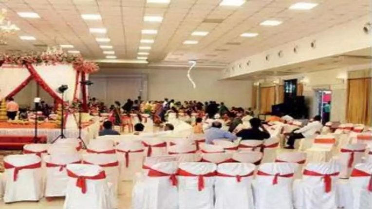 आम्ही सुधरणारच नाही! बाबुलनाथ मंदिराजवळच्या 'संस्कृती हॉल' मधील लग्नसोहळ्यावर कारवाई; ५० हजार रुपये दंडासह गुन्हा दाखल