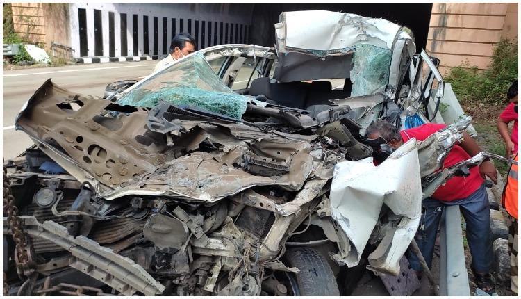 मुंबई- पुणे द्रुतगती मार्गावर कारचे टायर फुटल्यामुळे झालेल्या भीषण अपघातात जीएसटी उपायुक्त अभिजीत घवलेंचा मृत्यू