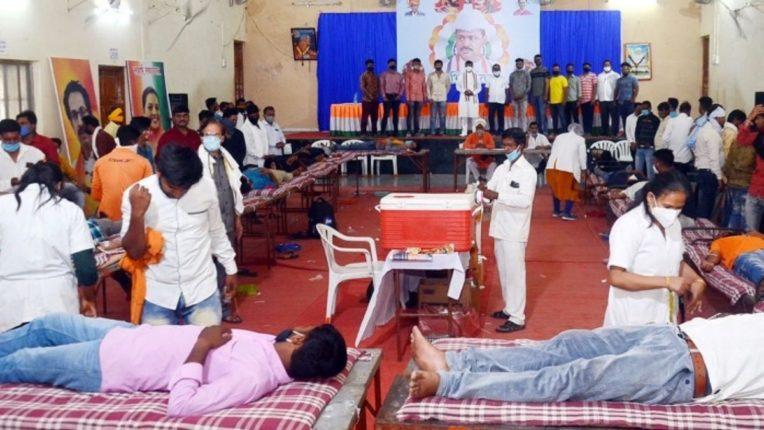 खामगाव मतदारसंघात ४४० जणांचे रक्तदान; रक्तदात्यांचा मंत्र्यांच्या हस्ते प्रमाणपत्र देऊन सत्कार