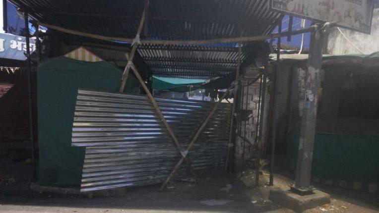 लोकमान्य टिळक मार्केट सील; नगरपरिषदेच्या कारवाईनंतर दुकानदारांमध्ये निराशा