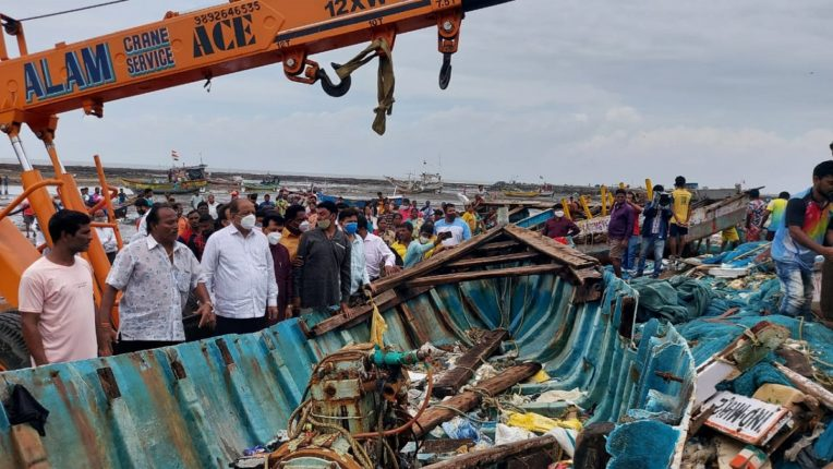 Boats wrecked by hurricane; Loss of fishermen in Madh, Marve