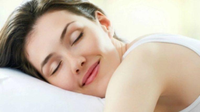 अधिक झोप घेणाऱ्या महिलांना कर्करोगाचा धोका; सकाळी लवकर उठल्याने कमी होते शक्यता