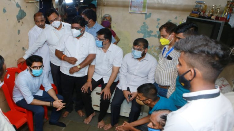 Four lakh assistance to the family of a woman who died after falling from a tree; Minister Aditya Thackeray called on him